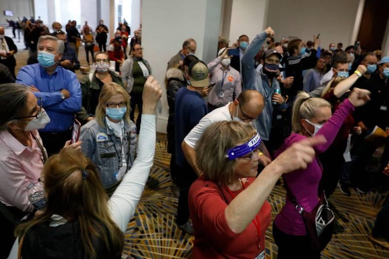 部分川普支持者因無法進入密西根州底特律一處投票站監票感到不滿,包圍計票間以示抗議,並要求停止計票。(法新社)