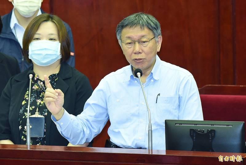 台北市長柯文哲(右)和民進黨議員簡舒培言詞交鋒。(記者廖振輝攝)