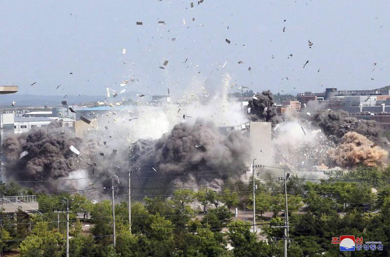 北韓日前因脫北者傳單事件等因素炸毀開城兩韓聯絡辦公室,並切斷兩韓軍事熱線,南韓政府近期多次呼籲北韓重新建立聯絡管道。圖為兩韓聯絡辦公室炸毀情況。(美聯社)