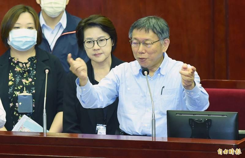 台北市議會5日進行第9次會議市政總質詢,市長柯文哲(右)列席,和民進黨議員簡舒培針對美豬議題言詞交鋒。(記者廖振輝攝)