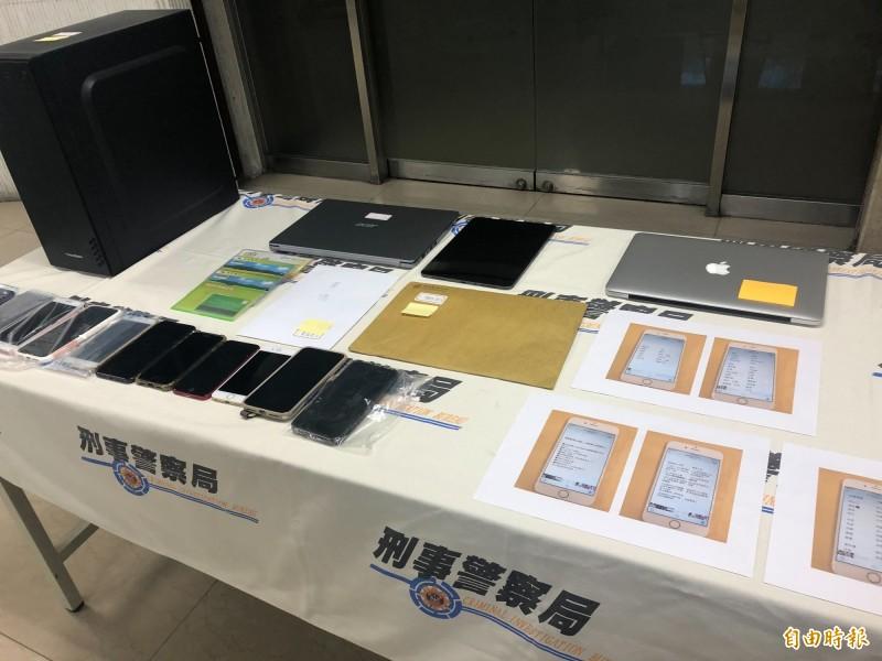 警方查扣行動電話、平板電腦、筆記型電腦、電腦主機、金融卡、存摺、教戰守則等贓證物。(記者邱俊福攝)