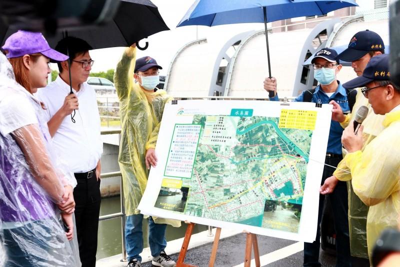 高雄市長陳其邁至梓官區中正路抽水站視察防洪及排水狀況。(記者許麗娟翻攝)