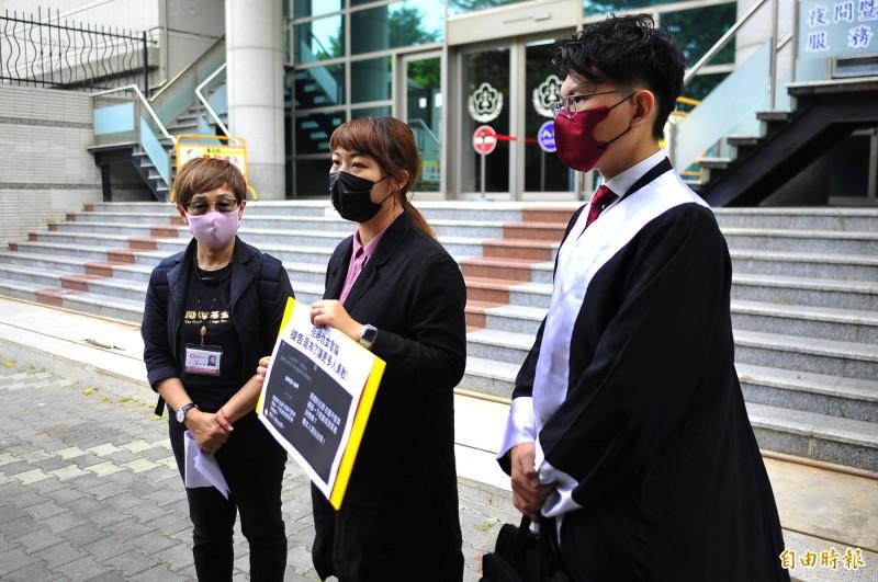 時代力量台南市議員林易瑩(中)到地檢提告網友刑事恐嚇,並提出民事侵權賠償。(記者王捷攝)