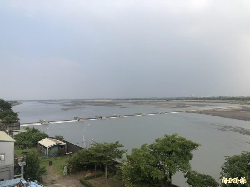 南部水情嚴峻,高屏溪攔河堰水位吃緊。(記者陳文嬋攝)