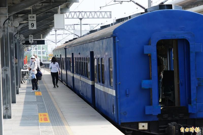 藍皮普快預計隨鐵路電氣化停駛。(記者陳彥廷攝)