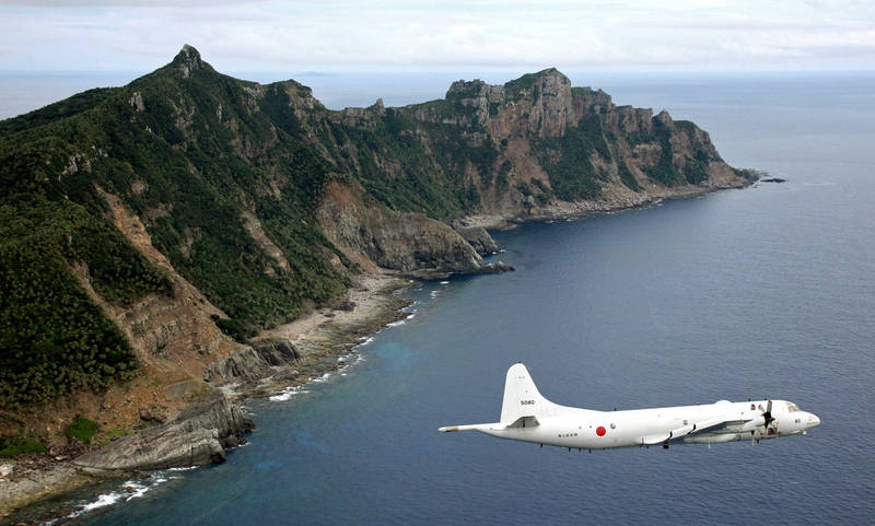 日本防衛大臣岸信夫今天(6日)表態,強調「釣魚台是日本固有領土」,稱將高度關注中國海警局動向,圖為日本P-3C反潛機巡弋釣魚台列嶼。(美聯社)