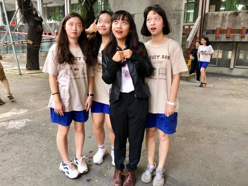 黃捷和學妹一起重現先前她在議會對前高雄市長韓國瑜翻的「招牌白眼」。(圖翻攝自黃捷臉書)