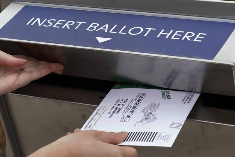 美國水牛城1名郵務士開車前往美加邊境遭查獲車內有郵寄選票。郵寄選票示意圖。(歐新社檔案照)