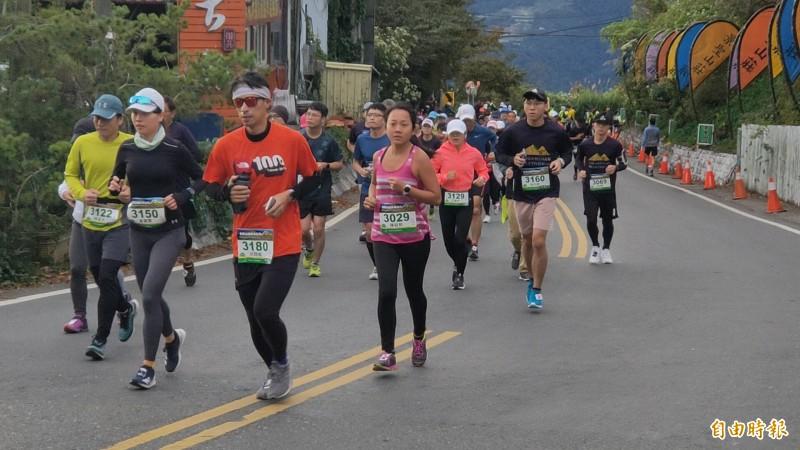 合歡山越野馬拉松超馬組選手要跑上3275公尺的合歡山武嶺,體力耐力的一大考驗。(記者佟振國攝)