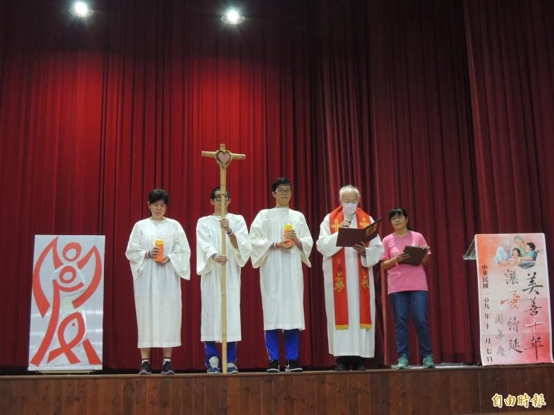 美善基金會10週年慶典禮在吳道遠(右2)神父的祈福中揭幕。(記者王姝琇攝)