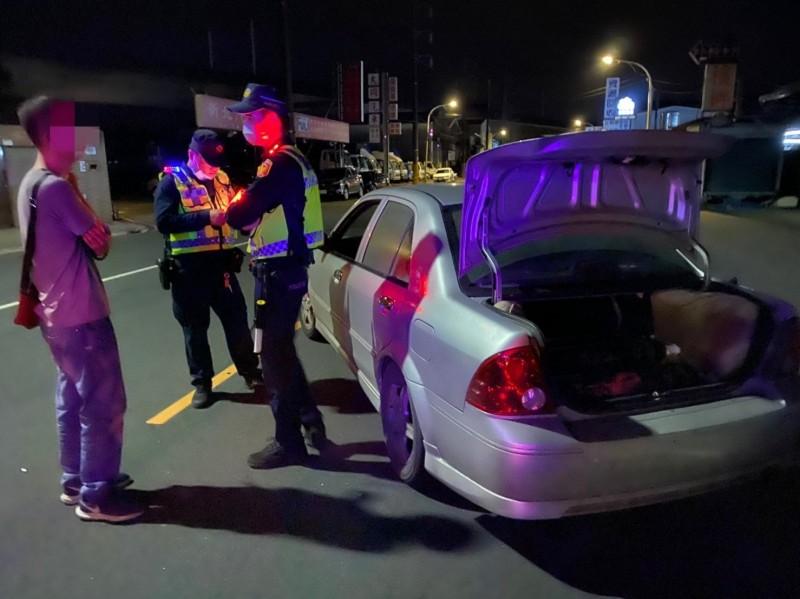 新北警新莊分局攔獲高姓男子(左)非法持有9支工業用笑氣。(記者吳仁捷翻攝)