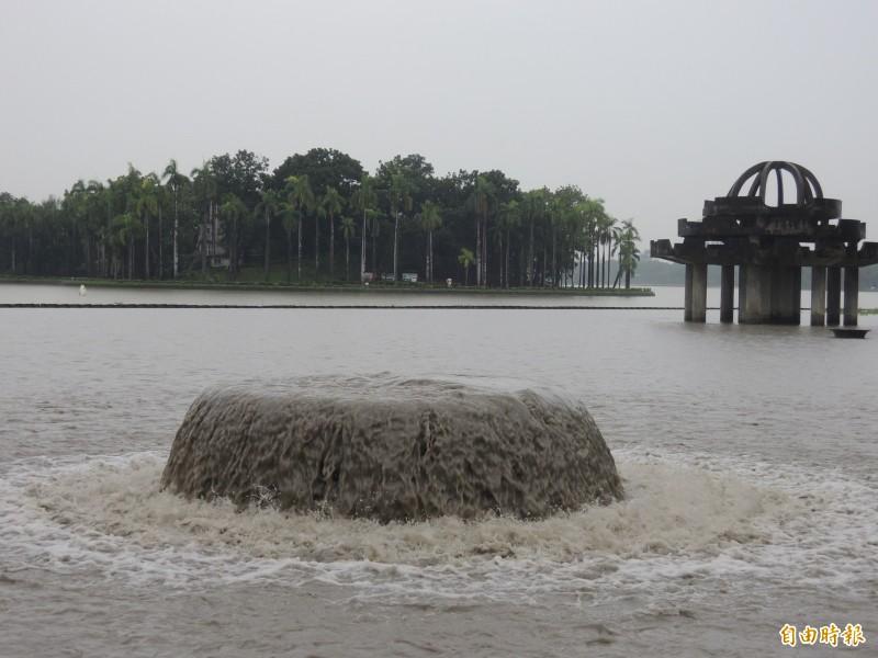 輕度颱風閃電擦邊離台,高屏溪流量爆增,挹注澄清湖供水。(記者蔡清華攝)