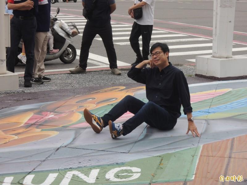 高雄市長陳其邁為青年家具街當擺帥姿當活廣告。(記者王榮祥攝)