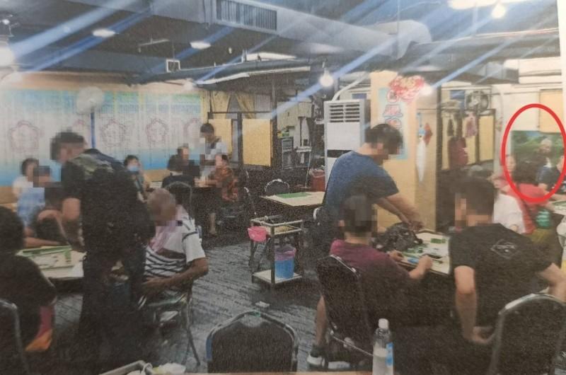 警方去年9月破獲棋牌社賭場,在場逮到廖姓飯店大亨(紅圈處)。(記者王冠仁翻攝)