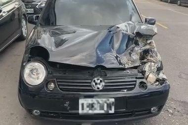 「小豬」羅志祥助理酒駕肇事,車頭嚴重毀損。(記者邱俊福翻攝)
