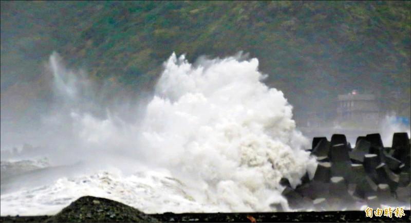 輕颱閃電昨襲台,南迴海域湧起陣陣大浪。 (記者陳賢義攝)