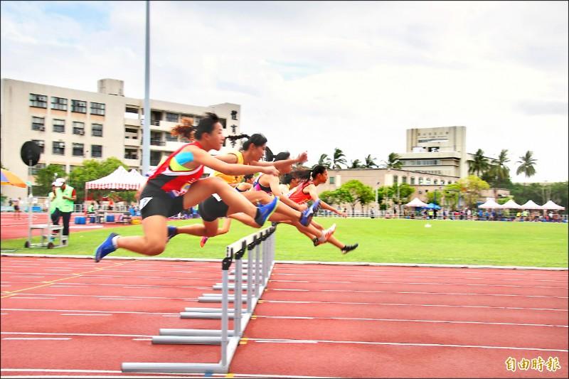 全國中等學校田徑錦標賽昨在台東登場,參賽選手奮力跨欄。(記者陳賢義攝)