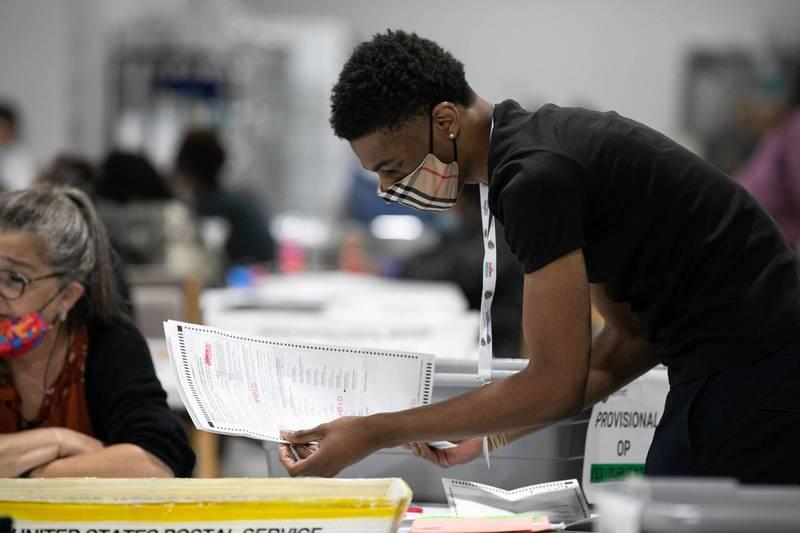 奧克蘭縣官員發現計票過程有誤,重新計算選票。示意圖。(法新社)