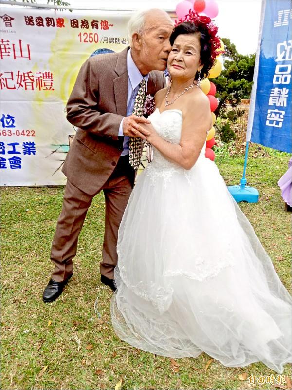 蔡富進在婚禮時深情親吻謝阿葉。(記者張軒哲攝)