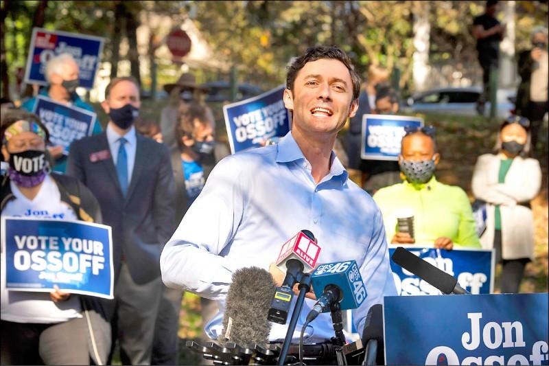 代表民主黨參選喬治亞州參議員的奧索夫,得票僅小輸共和黨現任參議員帕度一.九%,兩人將在明年一月五日再次決選。奧索夫六日已展開拉票。 (美聯社)