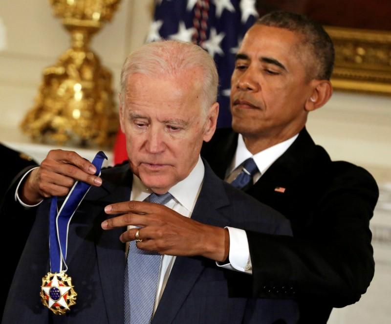 《華郵》透露,拜登一上台,就會推翻川普諸多政策,重拾歐巴馬總統時代的路線。圖為拜登2017年1月12日,獲歐巴馬頒「總統傑出自由勳章」,忍不住老淚縱橫。(法新社)