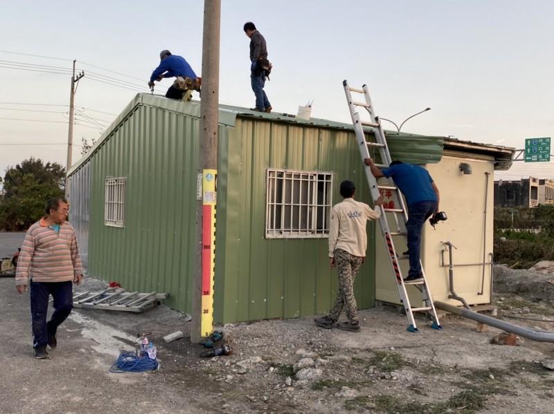 來自全國50多個志工經過10多個小時完成鐵皮屋翻修。(讀者提供)