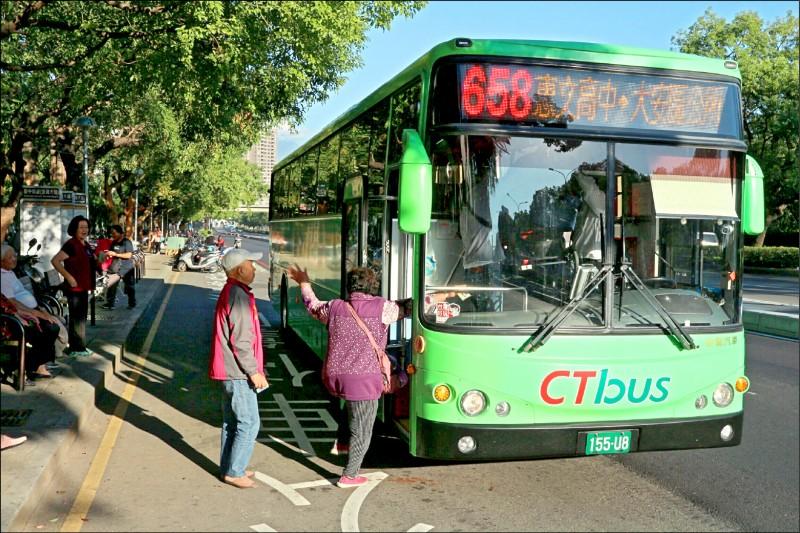 台中市雙十公車優惠明年元旦起限定市民享有,市民綁定悠遊卡、一卡通、愛金卡等任一電子票證即能使用。(記者蔡淑媛翻攝)