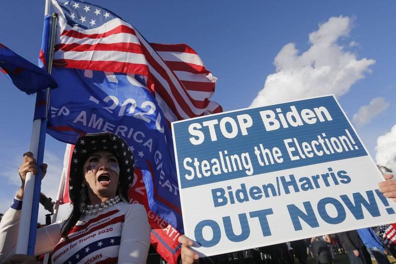 美國民主黨候選人拜登宣布勝選總統,但川普支持者拒絕接受敗選的可能性,怒斥民主黨人以舞弊的方式取勝。(美聯社)