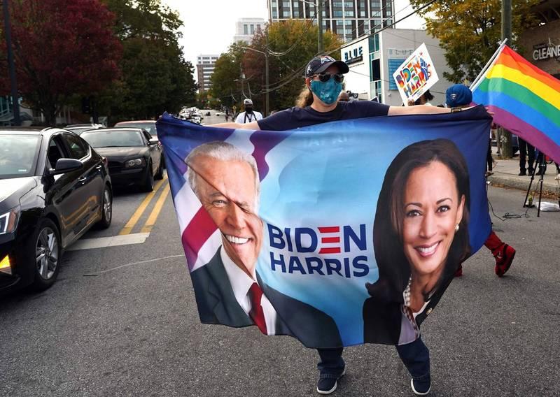 針對美國總統大選,多家美國媒體於今日凌晨紛紛宣布,由民主黨總統候選人拜登(Joe Biden)勝選,支持民眾在大街上歡欣雀躍。(法新社)