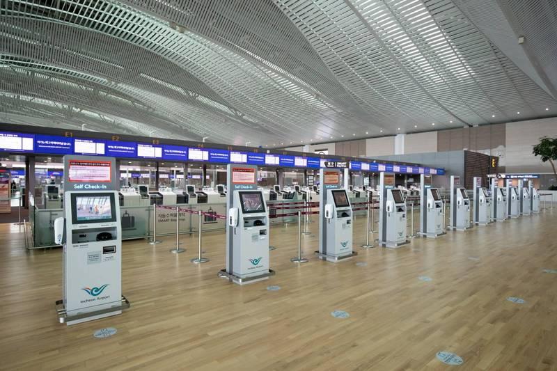 航空業遭受武漢肺炎嚴重打擊,南韓1名27歲空服員因為被迫休假沒班可上,在經濟壓力上走上了絕路。圖為空無一人的仁川機場大廳。(彭博)