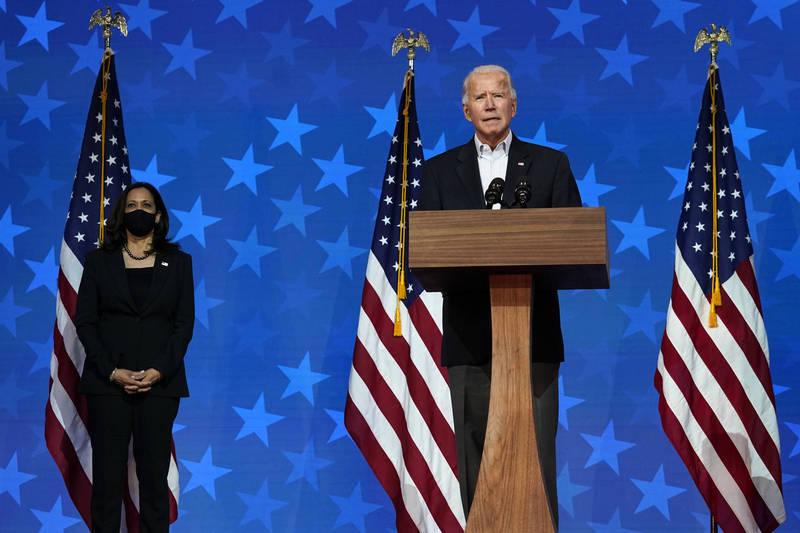 多家美國媒體於今日凌晨紛紛宣布,由民主黨總統候選人拜登(圖右)勝選,若大選結果就此底定,拜登明年將以78歲高齡,成為歷來最年長的新任總統。至於56歲的賀錦麗則會成為美國史上首位女副總統。(美聯社)