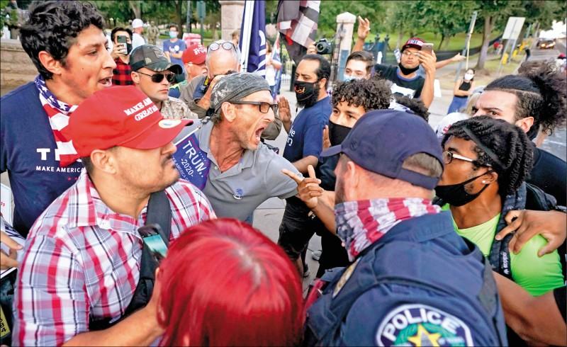 德州首府奧斯汀(Austin)的川普和拜登支持者,七日在街頭狹路相逢爆發衝突,警方趕緊介入調停。(美聯社)