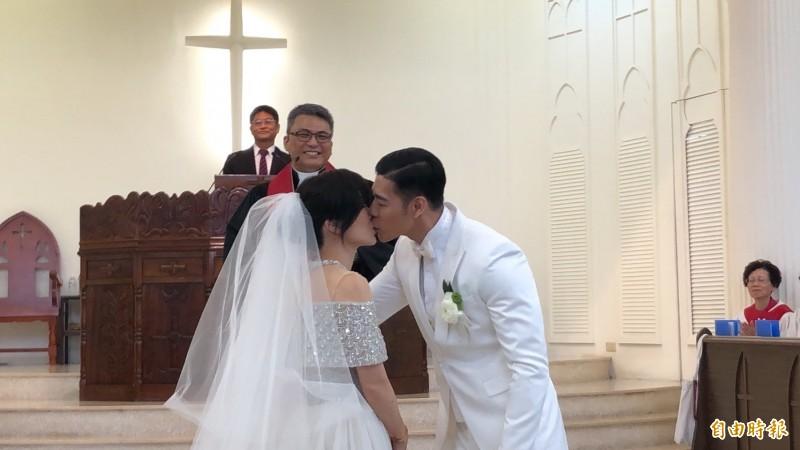KIMIKO與王家玄今天(9日)在屏東幸福完婚。(記者羅欣貞攝)