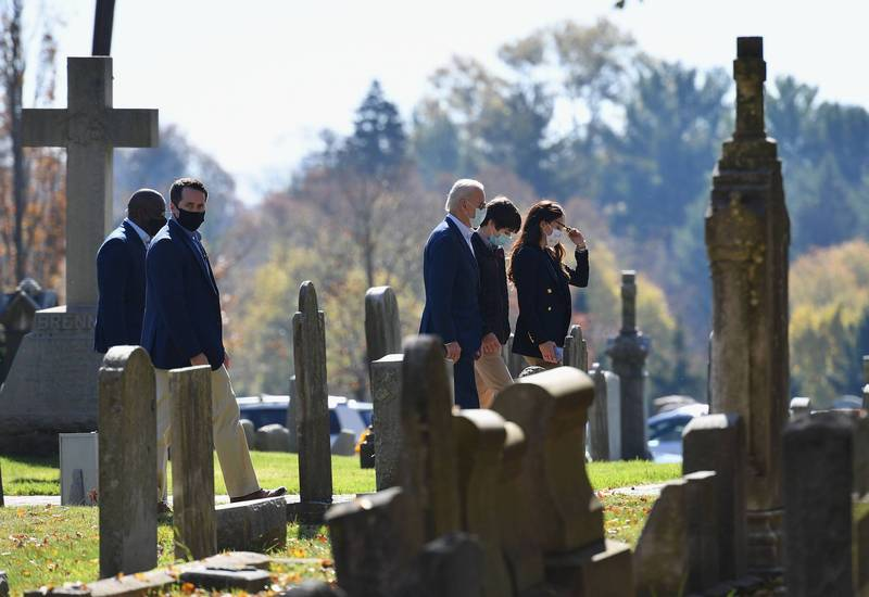 在勝選後隔天,拜登前往已故長子波伊墓前。(法新社)