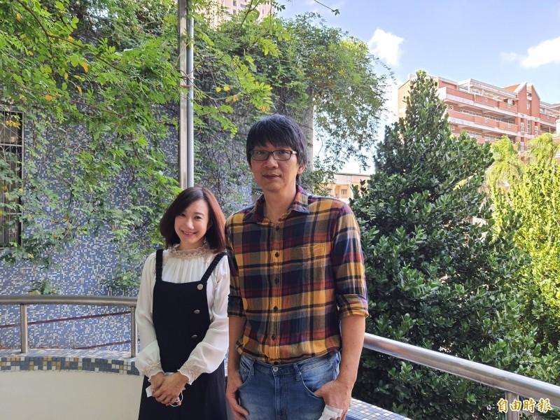 新竹女中國文老師王智忠(右)和黃庭鈺(左)雙獲文學獎,足堪學生典範及竹女之光。(記者洪美秀攝)