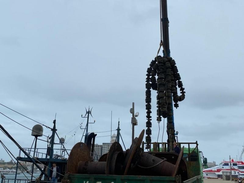 澎湖首宗查扣幽靈中國越界漁船,沒入相關網具。(澎湖海巡隊提供)