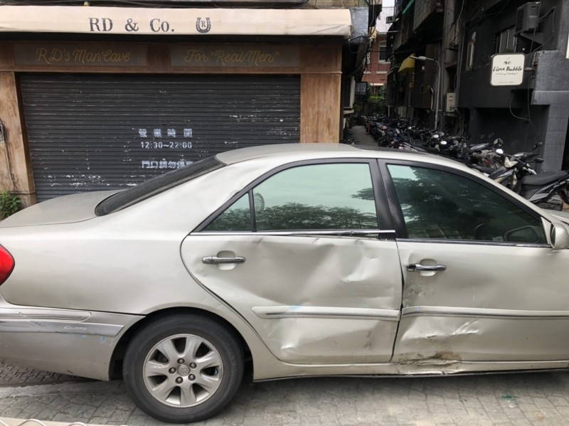銀色轎車右側車門凹陷。(記者劉慶侯翻攝)