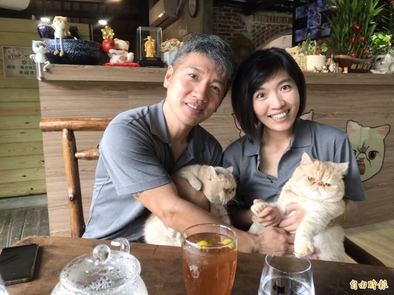 游清夫妻愛貓成痴,把大溪荒廢老屋整修變身超萌寵物餐廳。(記者李容萍攝)