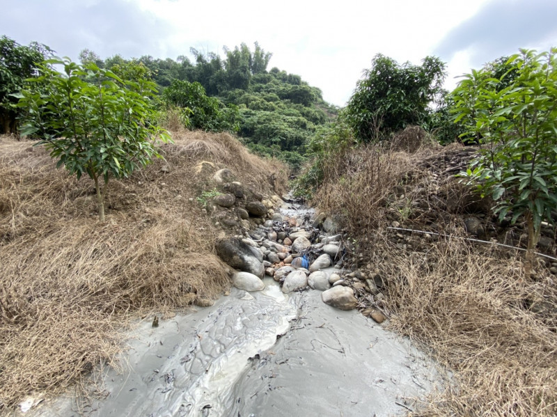 南化泥火山現場,留下噴發後的痕跡。(記者吳俊鋒翻攝)