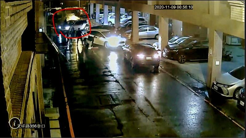 羅東鎮昨凌晨發生街頭鬥毆,雙方打完之後,宋姓男子開著自小客車(紅圈處)輾過另一方沈姓男子,沈男送醫急救不治。(記者江志雄翻攝)