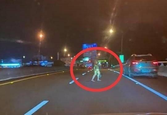 埔里鎮國道6號東行線近終點處今晚發生自小客車自撞事故,男子駕駛竟全身赤裸(紅圈處)在國道上閒逛。(記者佟振國翻攝臉書埔里人通通+近來)