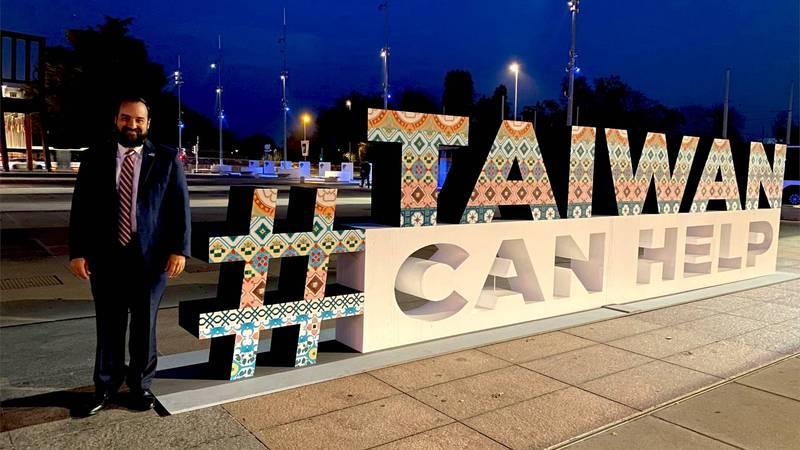 美國駐聯合國日內瓦分部大使布倫博格今日在聯合國歐洲總部前,熱情與「#TaiwanCanHelp」裝置藝術合照,並直呼「向WHA介紹台灣!」(圖擷取自U.S. Mission Geneva推特_@usmissiongeneva)