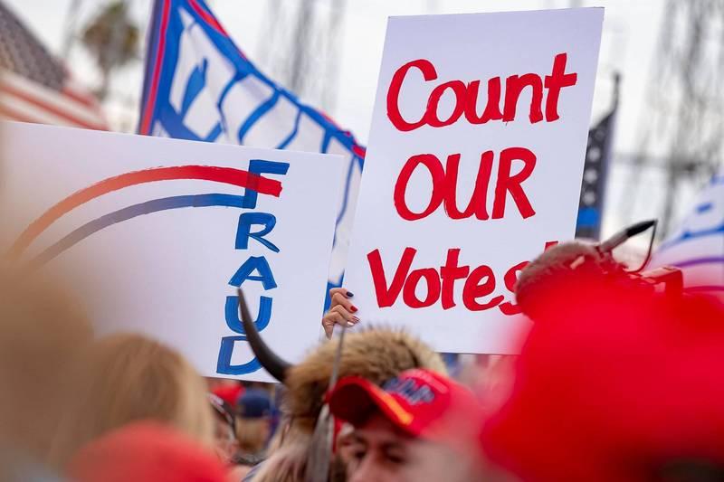 共和黨質疑這次美國總統大選關鍵搖擺州之一的喬治亞州在開票過程出現違規。圖為亞利桑那州針對開票出現抗議。(法新社)