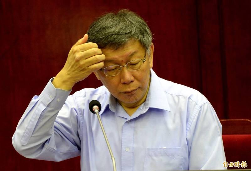 台北市長柯文哲直言,「這事情大條了」,雖合法但不見得合格,事涉工程專業,已裝上的門將分時間、種類抽驗,委由第三方公正實驗室測試。(記者林正堃攝)