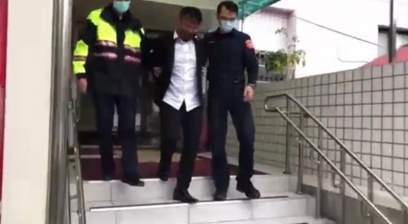 新莊警分局新莊派出所押解19歲詐騙車手。(記者吳仁捷翻攝)