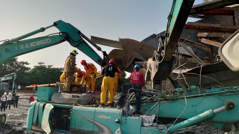 消防人員進行挖掘搶救。(記者蔡清華翻攝)