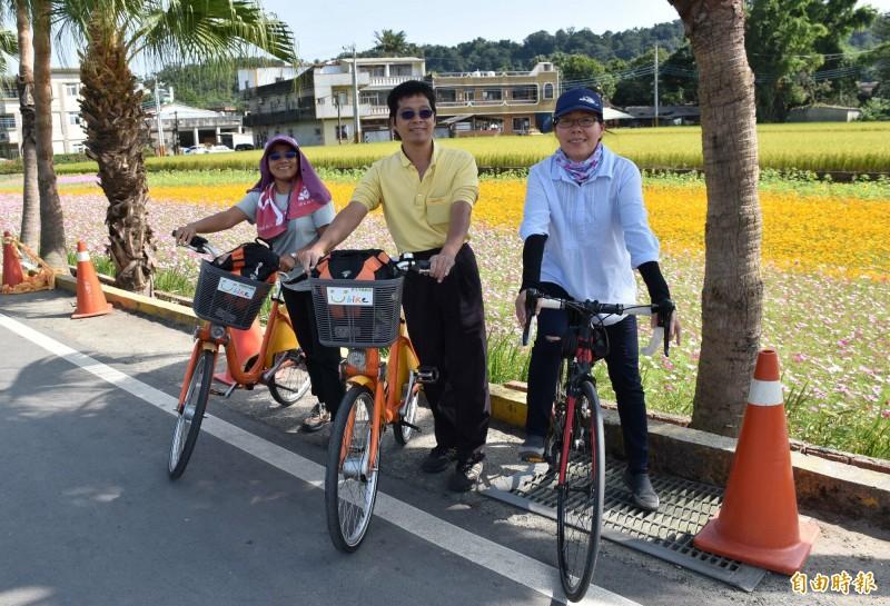 月眉休區的道路狹小,騎自行車遊逛美麗花海是不錯選擇。(記者李容萍攝)