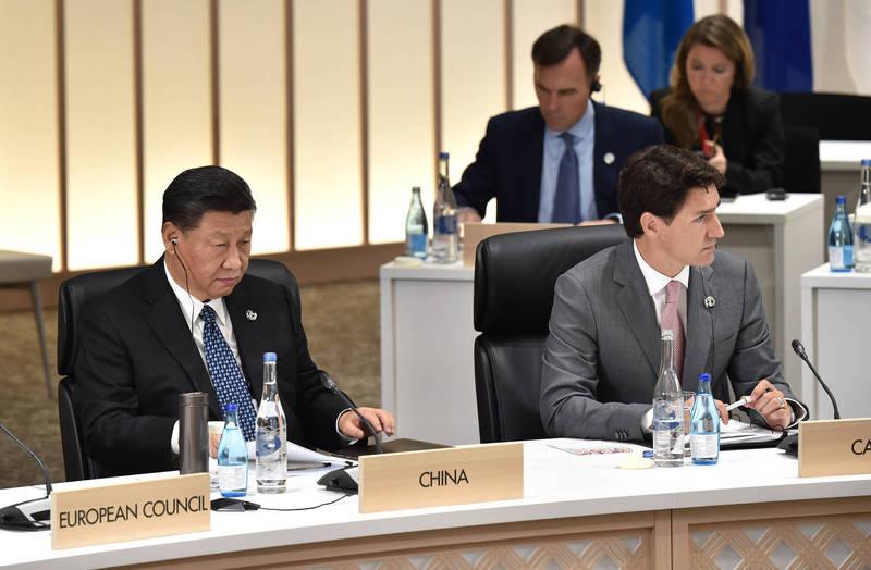 總理杜魯道(右)今日表示,加拿大不會屈服於中國的「脅迫式外交」。圖左為中國國家主席習近平。(彭博)