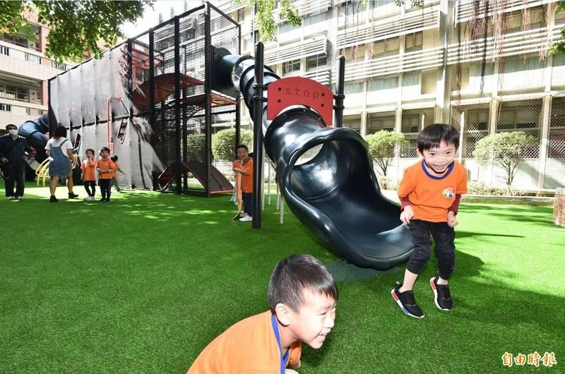 台北市建安國小「迷宮樂園」共融式遊具高達5公尺,共分3層,具備攀爬、俯臥、穿越、滑梯、旋轉、平衡等體驗,小朋友玩得笑聲跟叫聲連連。(記者塗建榮攝)