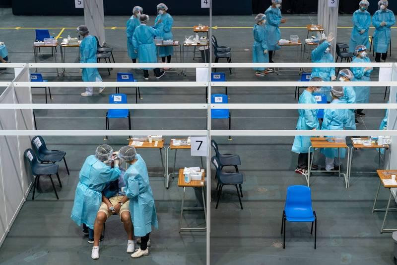 香港政府規劃在中國的港人,由廣東及澳門回港可豁免14天的隔離檢疫,將自下週三(18日)起開放預約,自本月23日起將開始上路。(路透)